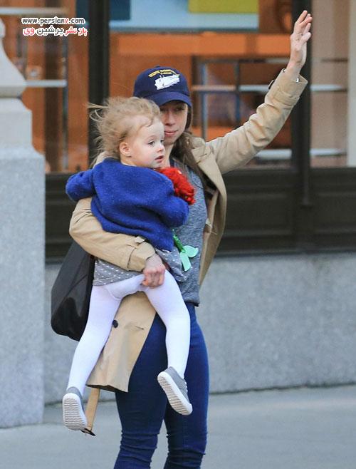 دختر کلینتون و شوهر و فرزندانش هنگام خروج از آپارتمانشان در نیویورک