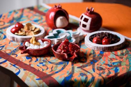 چیدمان سفره های شب یلدا با با ظروف سفالی و زیباترین ایده ها