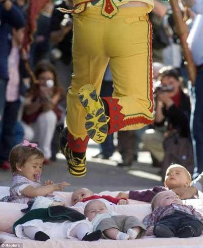 مراسمی عجیب و غریب در عین حال خطرناک برای نوزادان  تصاویر