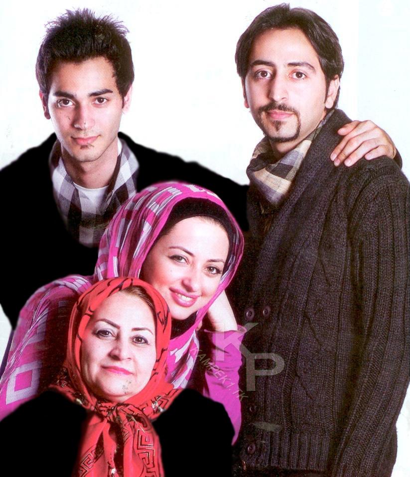 نفیسه روشن در کنار مادر و دو برادرش / عکس