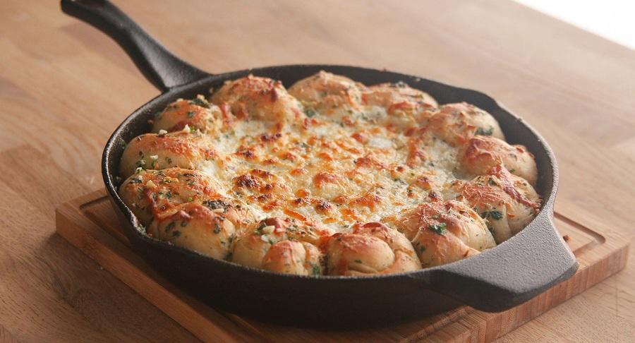 طرز تهیه دیپ پیتزا با مخلوط سیر و پنیر ، یک میان وعده خیلی خوشمره