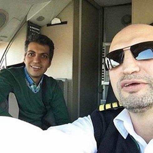 عادل فردوسی پور در کابین خلبان.