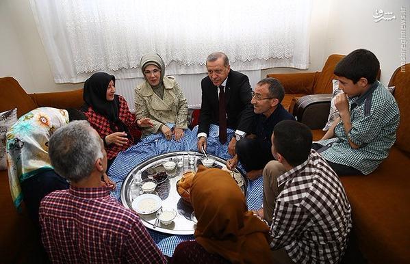 اردوغان و همسرش میهمان سفره افطار فقرا