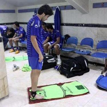 فوتبالیست های مشهور در حال نماز خواندن