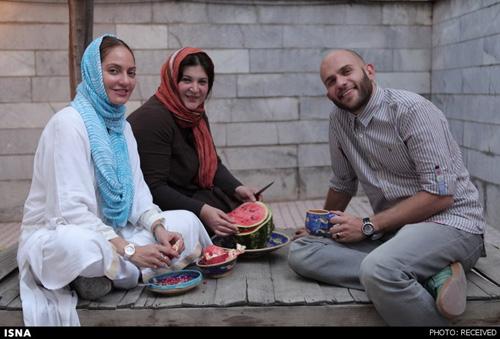 مهناز افشار و بابک حمیدیان در حال خوردن هندوانه