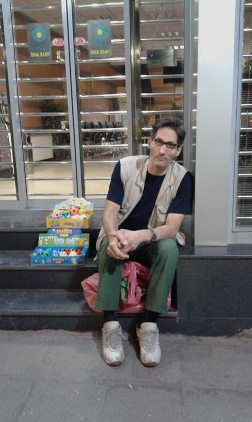 دستفروشی بازیگر ساعت خوش در میدان امام حسین!