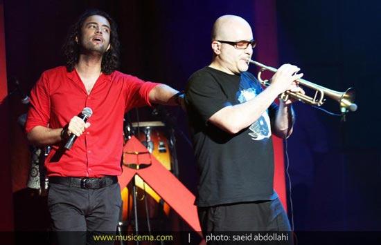 بوسه بنیامین بر تابلو ناصر عبداللهی در کنسرت