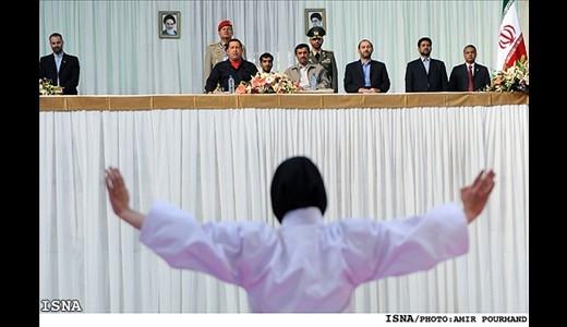 عکس : اجرای حرکات رزمی دختران در حضور احمدی نژاد و چاوز