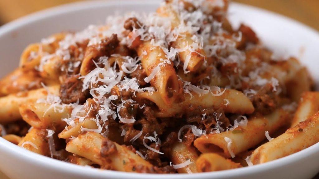 پاستا با سس بلونز سوسیس ، سوسیس را میتوانید در خانه تهیه کنید