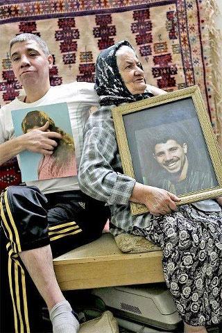 مجتبی محرمی در کنار مادرش