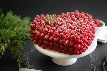 مدل های تزیین کیک اسفنجی با میوه وخامه
