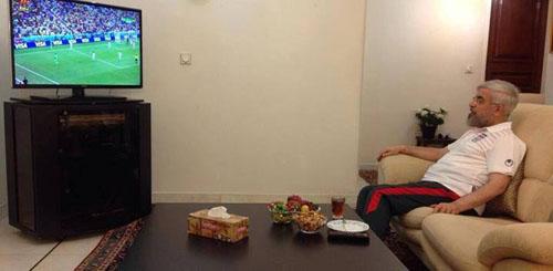 رئیس جمهور با لباس راحتی در منزل هنگام تماشای بازی تیم ملی فوتبال