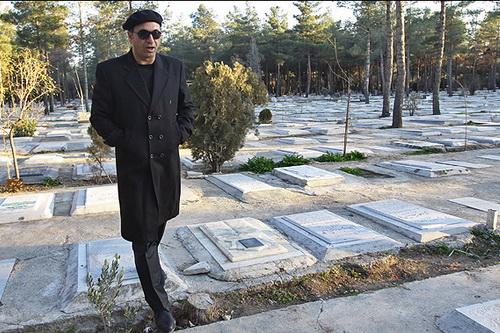 حمید فرخنژاد سر مزار قهرمان دفاع مقدس  عکس