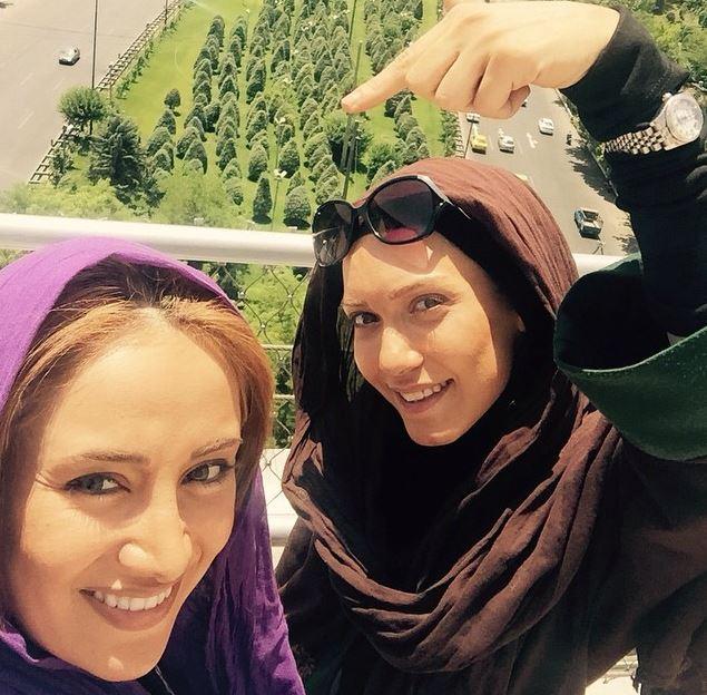 سلفی دو بازیگر زن روی پل طبیعت