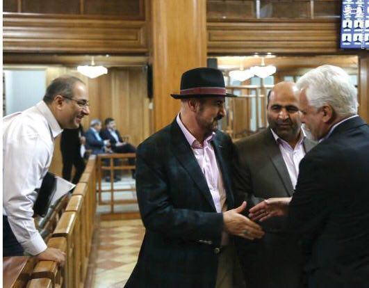 تیپ عجیب عبدالحسین مختاباد در جلسه شورای شهر تهران