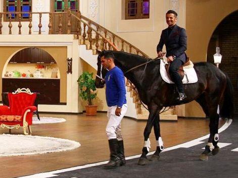 وقتی امین حیایی با اسب سواری به برنامه دورهمی آمد !