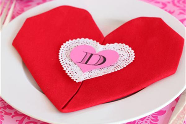 با این روش دستمال سفره ای زیبا با قلبهایی سرخ و آتشین داشته باشید