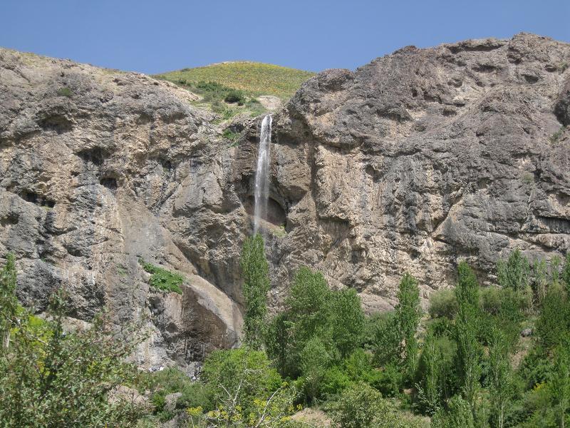 آبشاری زیبا در دل طبیعتی بکر نزدیک پایتخت