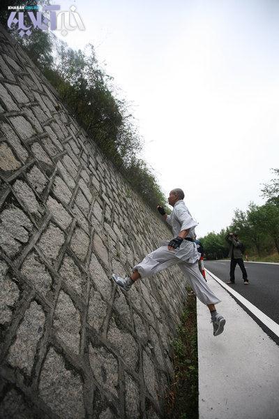 تصاویر مردی که روی دیوار و روی آب راه می رود