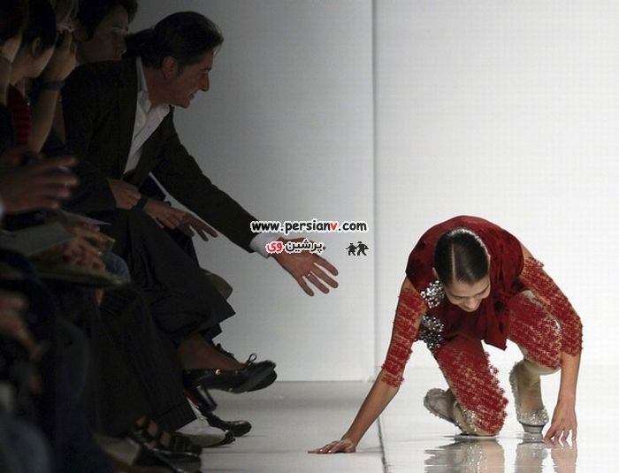 عکس : زمین خوردن یک مانکن در مراسم شو لباس