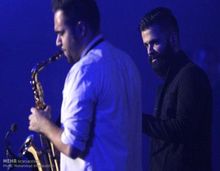 عکس سیروان خسروی روی پیراهنش در کنسرت