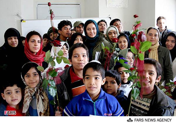 عکس: مهناز افشار به کودکان کار هدیه داد