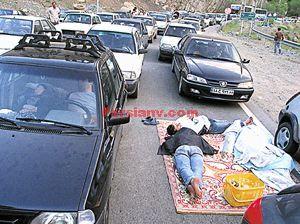 عکس :خوابیدن یک خانواده در جاده