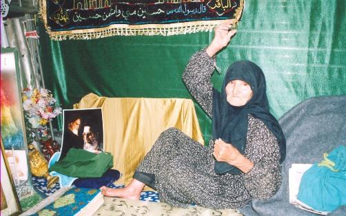 عکس : زنی که 17سال سر قبر پسرش زندگی کرد