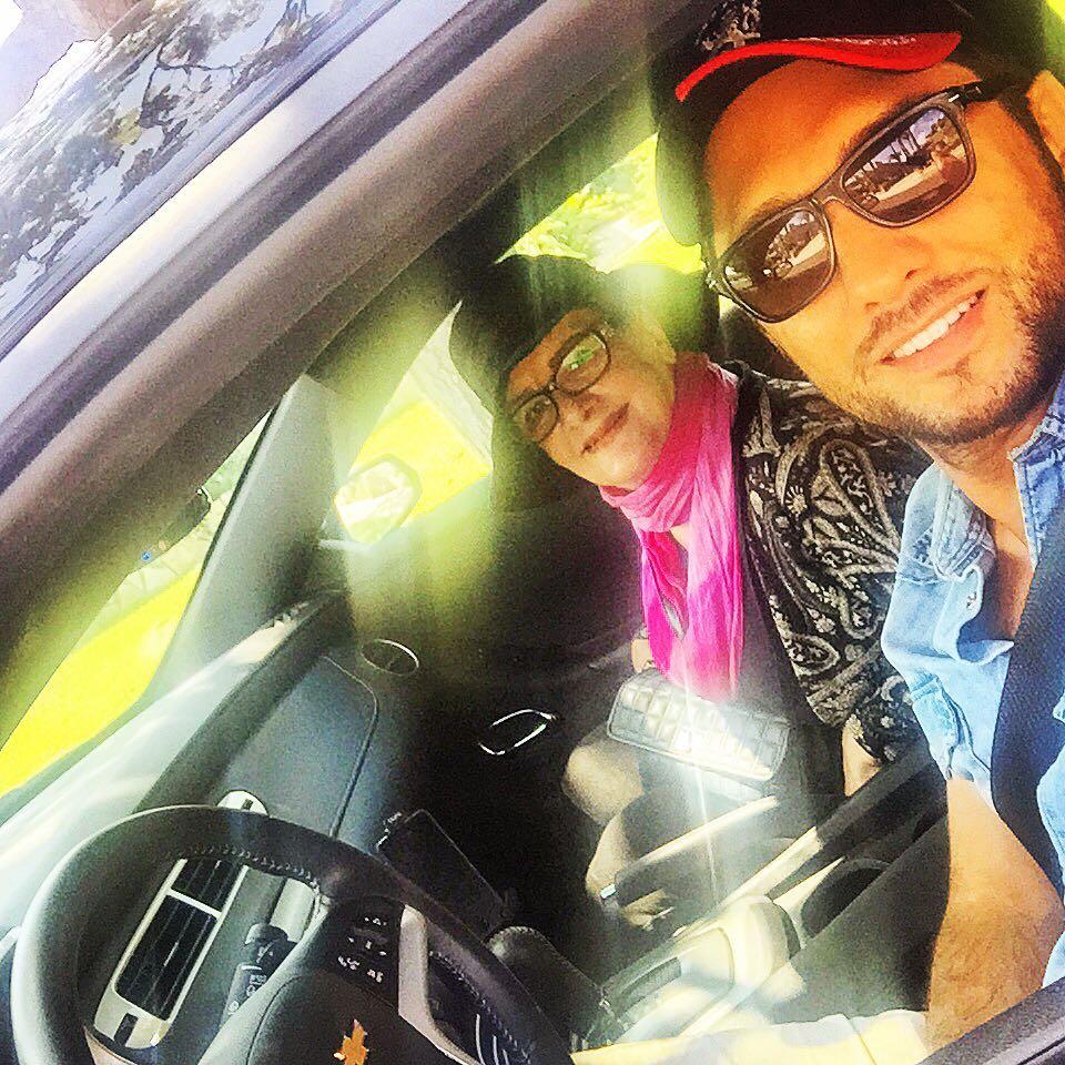 بهرام رادان در حال گردش با مادرش