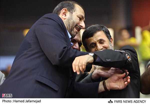 اعطای بازوبند پهلوانی کشور بر بازوی محمود احمدی نژاد رئیسجمهور