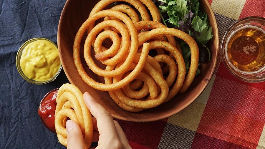 سیب زمینی مارپیچی با یک ساید با ظاهری بسیار زیبا درکنار غذاهایتان
