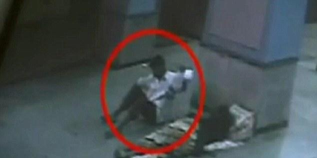 لحظه سرقت نوزاد در مترو