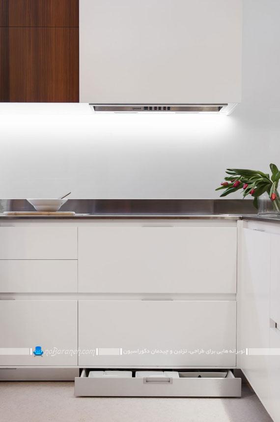 فضای کوچکی که به این شکل خلاقانه و زیبا هم آشپزخانه شده است و هم اتاق کار