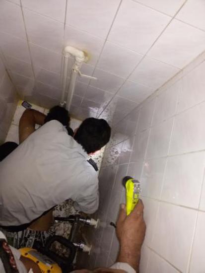 افتادن تلفن همراه و گیر کردن دست در توالت