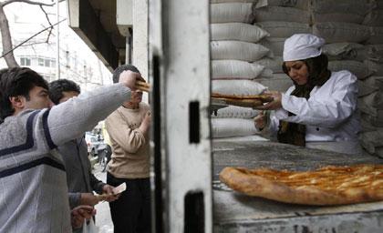 عکس های جالب : ستاره مشهور سینمای ایران در نانوایی