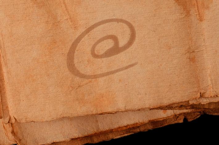 نماد @ (ات ساین) از کجا آمده است و چه تاریخچه ای دارد