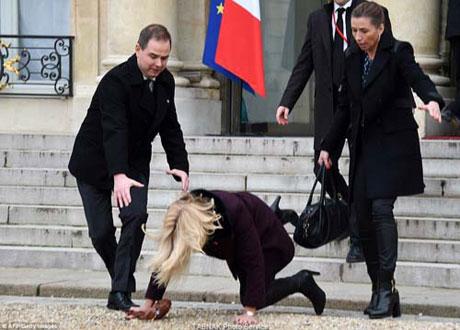 لحظه زمین خوردن خانم وزیر