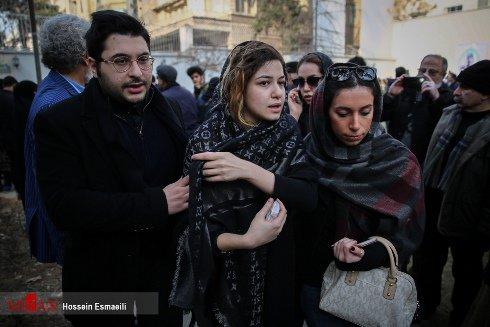 دختر و پسر حسن جوهرچی در مراسم تشییع پدرشان