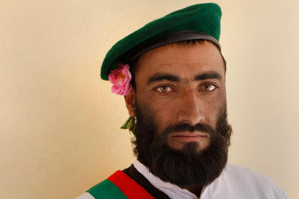 عکس : یک سرباز ملی افغانستان ولی کاملا رومانتیک