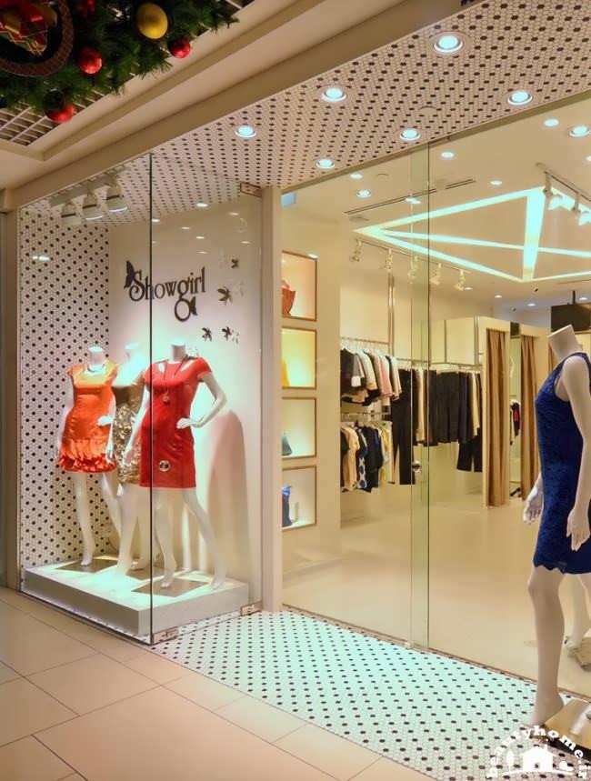 چیدمان زیبای یک مغازه پوشاک زنانه