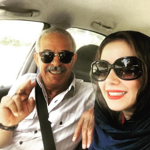 الناز حبیبی و پدرش سوار بر اتومبیل شان