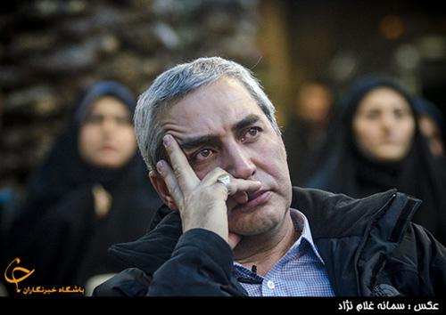 چشمان اشک آلود ابراهیم حاتمیکیا در میان خانواده شهدا