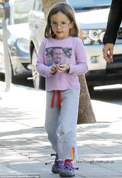 دختر بن افلک تی شرتی با عکس پدرش می پوشد