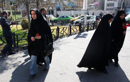 اهدای گل به زنان چادری در خیابان های شهر