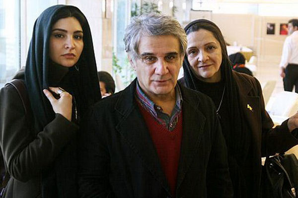 نورا هاشمی در کنار پدر و مادرش