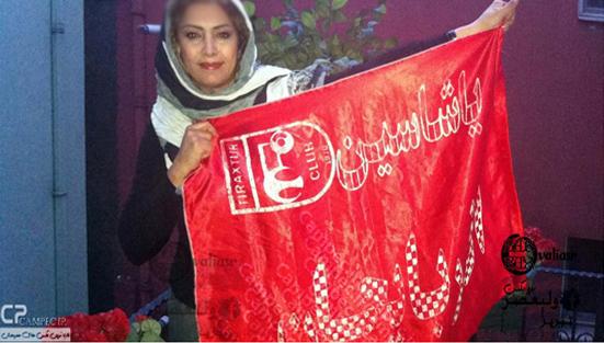 عکس جالب لادن طباطبایی با پرچم تراکتور سازی تبریز