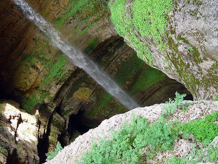 باتارا ،غار عجیبی که با ذوب برف به آبشار تبدیل می شود! تصاویر