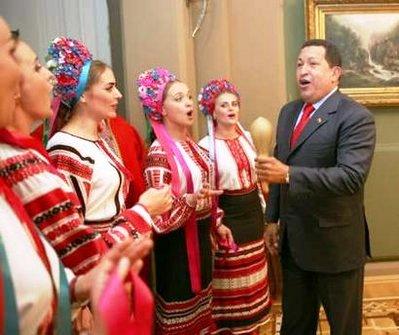 عکسهای دیدنی آواز خوانی هوگو چاوز با دختران اوکراینی!