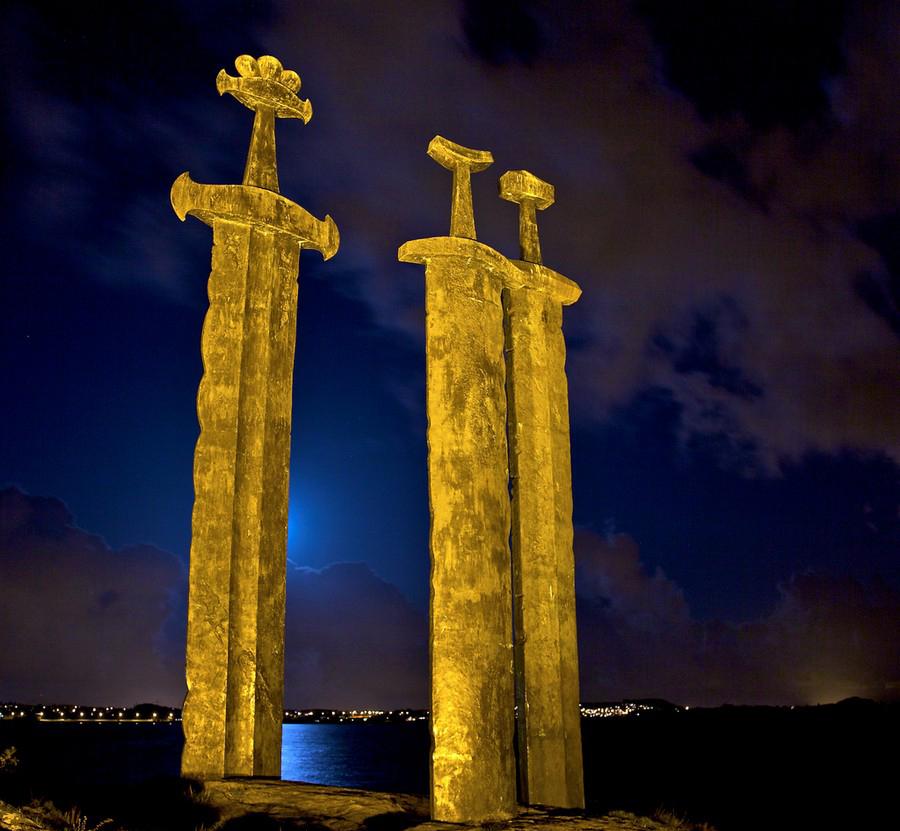 شمشیرهایی در سنگ جاذبه ای دیدنی در نروژ