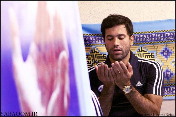 نیکبخت واحدی در حال نماز خواندن!